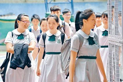 教育局下學年起在全港中學「加派復位」,每班派位一人,令全港英文班學額水漲船高。