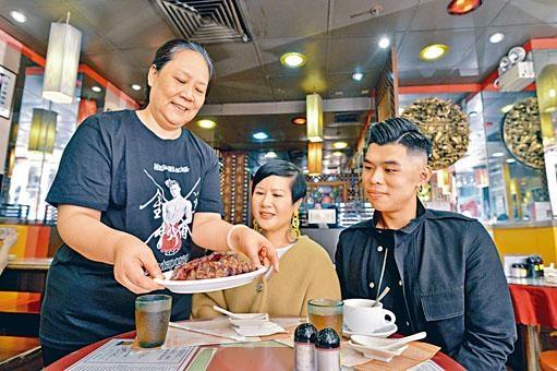 燒臘店負責人龍美鳳穿上本港時裝設計師梁鎮霆設計的「小鮮肉」制服TEE分外搶眼。