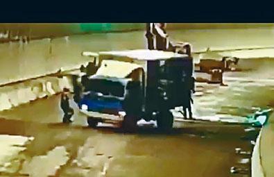 貨車溜後撞向工人,司機圖撲上車煞掣不果,車尾將工人撞倒捲入車底輾斃。