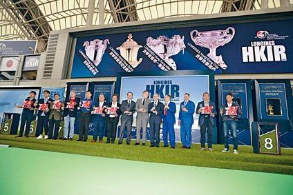 香港盃排位抽籤儀式後,馬會高層、贊助商代表與參戰人馬大合照,場面熱鬧。