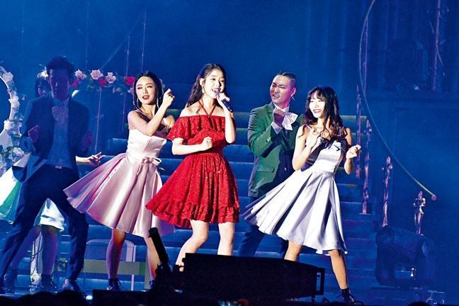 IU好重視今次的10周年演唱會,全程又唱又跳。