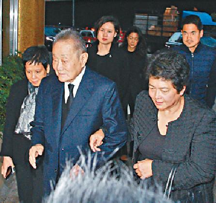 ■富商郭鶴年(左)與太太下午5時到殯儀館。