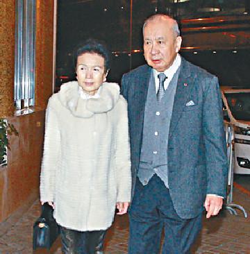 ■李國寶(左)和太太潘金翠傍晚到場。