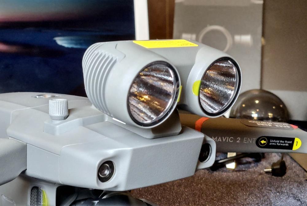 雙燈頭照明燈強度達2,400流明。