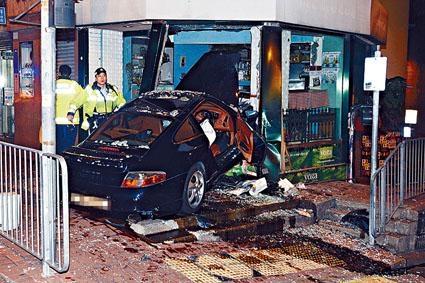 ■值百萬元跑車失控撞入咖啡店造成嚴重破壞。