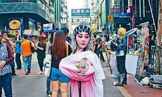 袁學慧自十六歲開始演粵劇,平日舉手投足都有古典韻味,笑說自己難以掩飾從古代「穿越」而來的身分。
