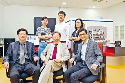 城大教授劉錦川(前排中)率領的團隊,研發高強度高韌性的新型合金。
