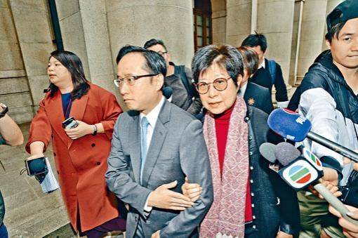 曾荫权妻子曾鲍笑薇与儿子曾庆淳离开法庭。