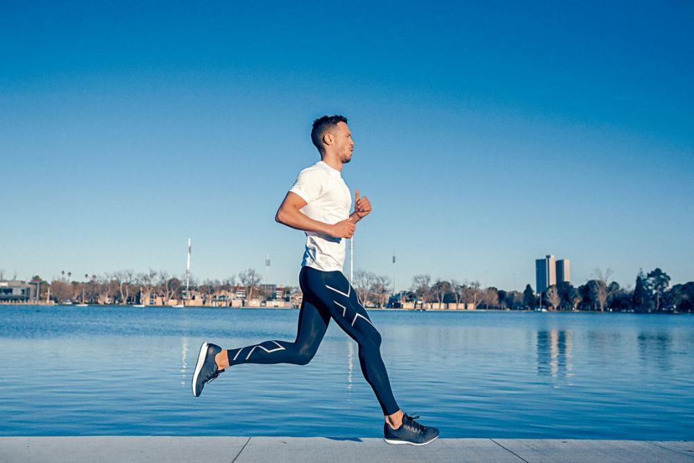●談到藉着裝備提升運動表現,五金坦言:「功能性運動裝備固然重要,但跑手也必須在多方面下苦功,如勤加練習。以我的自身經驗為例,運動時穿上漸進式壓力褲,可明顯減輕運動後的疲勞及痠痛感,加速血液循環,減少乳酸積聚,使我可以更快進行下一次的練習。」