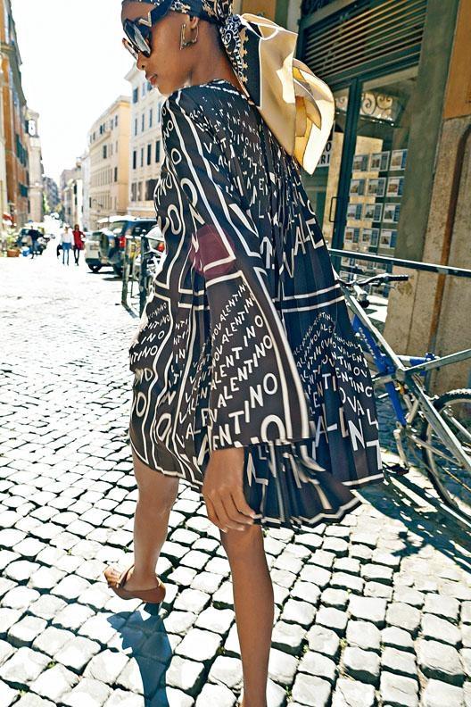 ●Valentino早春新作採用品牌名字為主打圖案,設計風格休閒輕鬆/絲質連身裙/$35,000/。