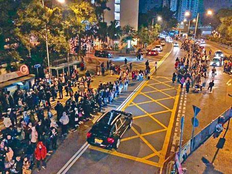 大量內地客聚集上水站外,更逼出馬路兩條行車綫。