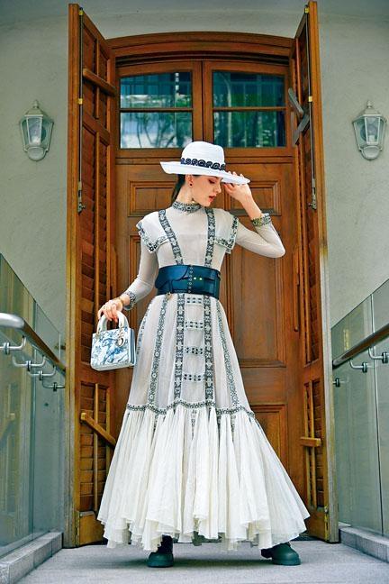 白色刺繡飾邊連身長裙、黑色小牛皮Saddle粗腰帶、Diorcamp軍綠色膠靴、白色綴刺繡圖案闊邊草帽、Toile de Jouy印花圖案迷你版Lady Dior。