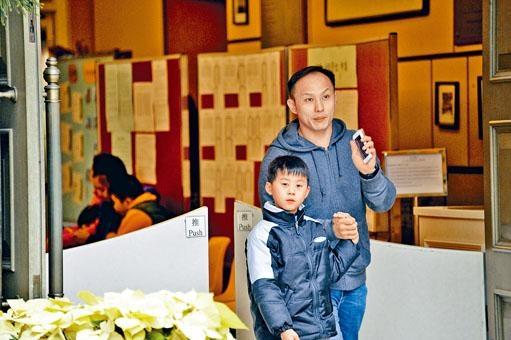 傳統名校皇仁書院吸引不少家長慕名而來,為兒子遞交中一入學申請。