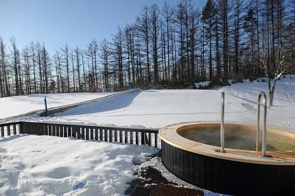 戶外的露天熱水浴池風景優美。