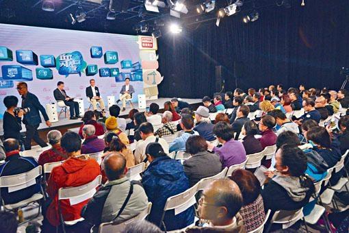 ■陳茂波昨出席《財政預算案》諮詢論壇,與百名市民對話。