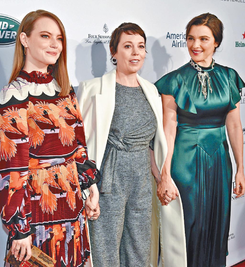 ■Olivia Colman(中)再奪影后,昨日她與《爭寵》另外兩名女角愛瑪史東(左)及麗素慧絲出席活動。美聯社