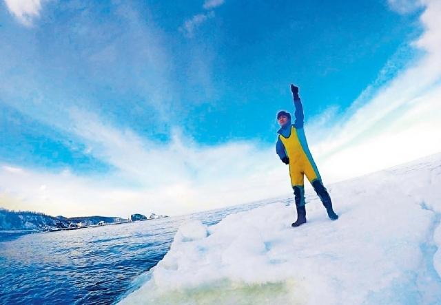 ■Jarvis穿上特製潛水防寒衣,體驗流冰漫步。