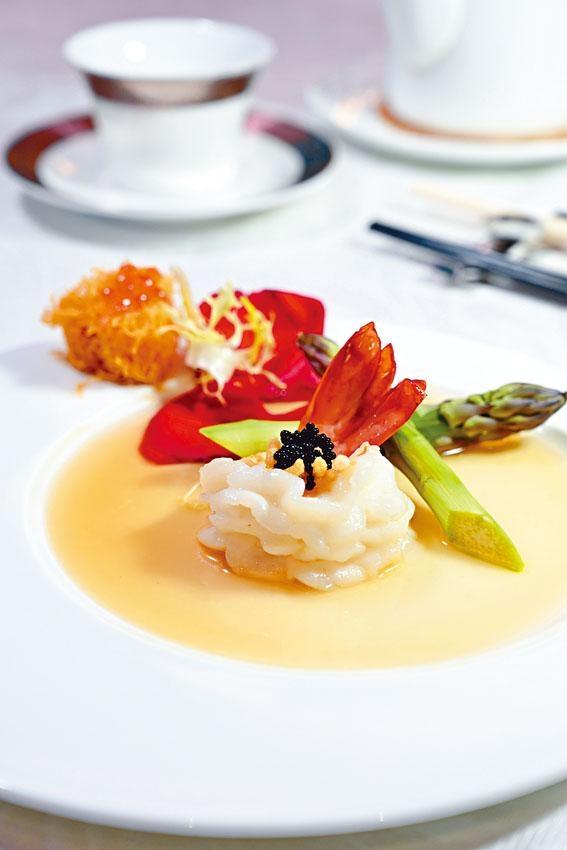 玻璃大蝦球,大廚選用沙巴老虎蝦,彈牙大隻,每隻以精湛刀功切成花形,配上黑魚子享用,鮮味無窮。