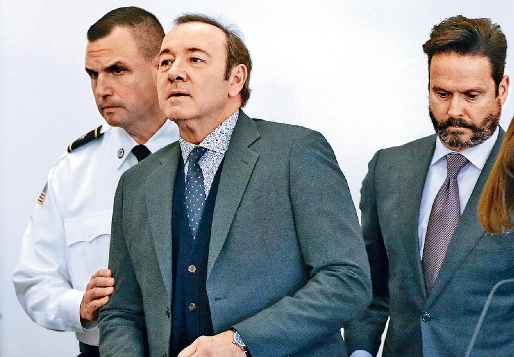 ■奇雲在庭上保持沉默,由律師Alan(右)代為否認控罪。美聯社