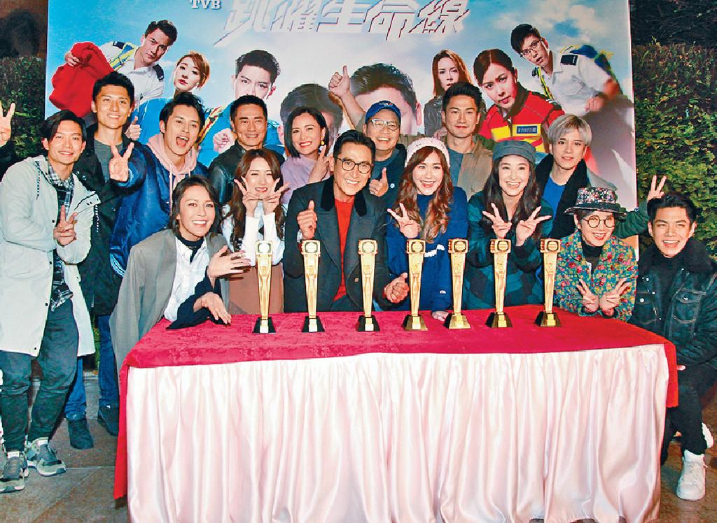 ■《跳躍生命線》囊括台慶頒獎禮七個獎項,演員個個笑呵呵。