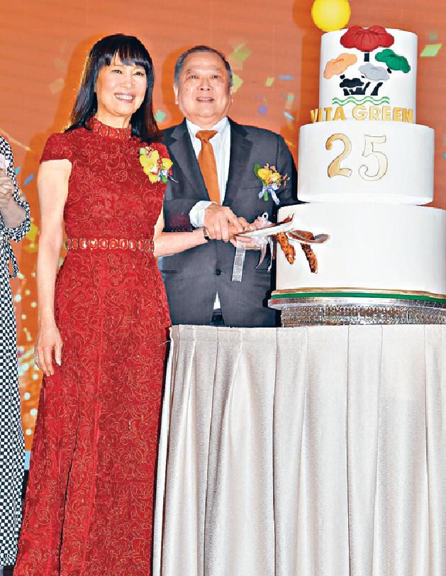 ■陳曦齡與丈夫謝德富醫生主持切餅儀式。