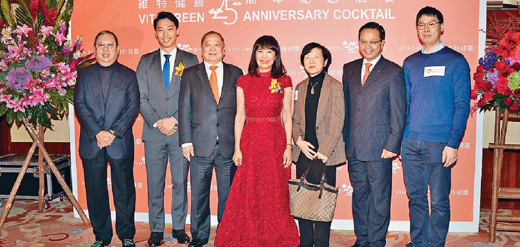 ■《維特健靈》董事長陳曦齡博士(中)、丈夫謝德富醫生(左三)及小兒子謝天澤(左二)等出席銀禧紀念酒會。