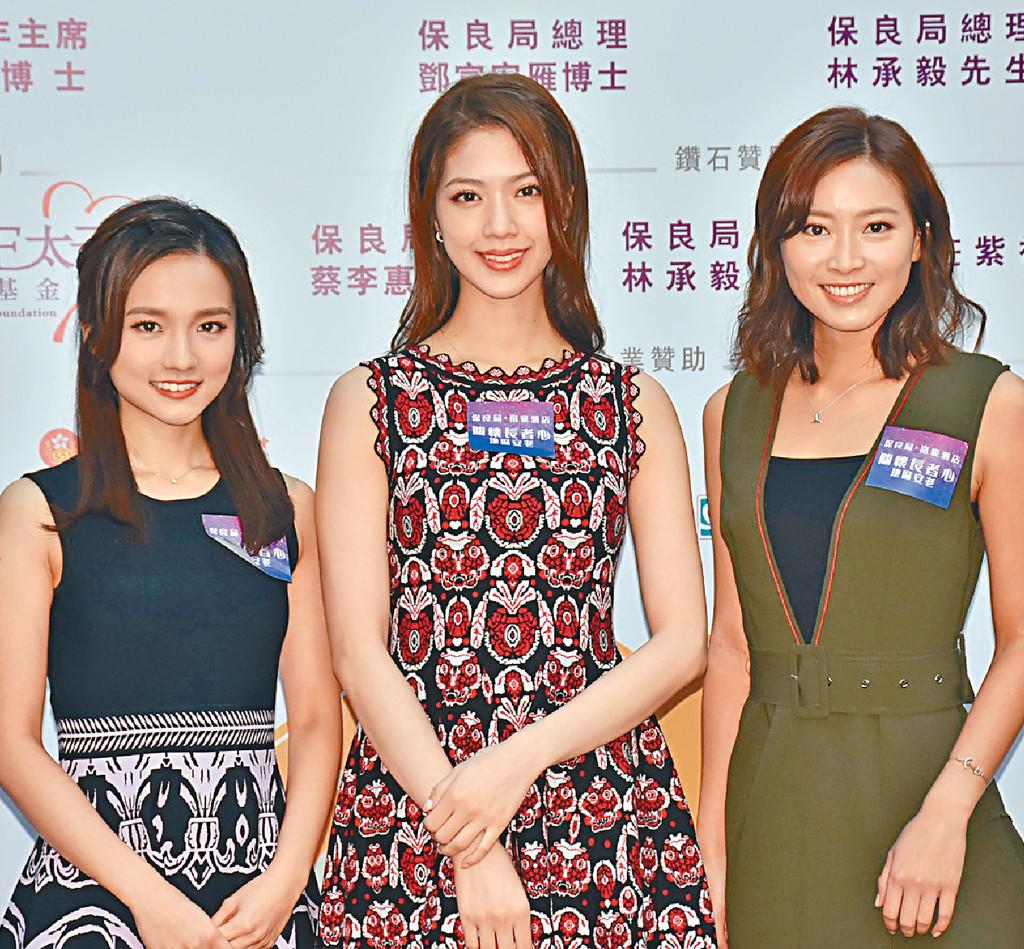 ■左起:鄧卓殷、陳曉華及陳靜堯與長者茶聚。