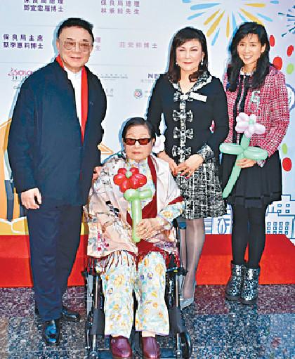 ■保良局主席蔡李惠莉(右二)、羅旭瑞和媽媽及女兒羅寶文(右一)。