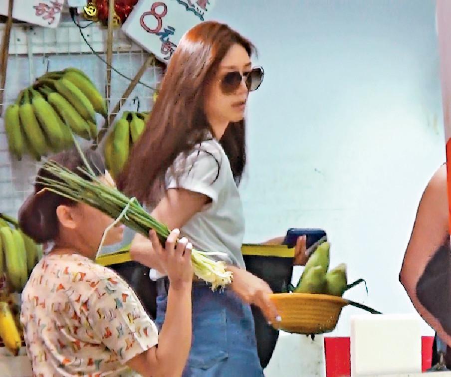 ■早前,零妝Elva到平價蔬菜店買餸。