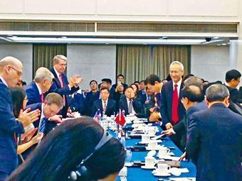 ■國務院副總理劉鶴(右)於中美貿易副部級談判期間現身會場,歡迎美方代表。