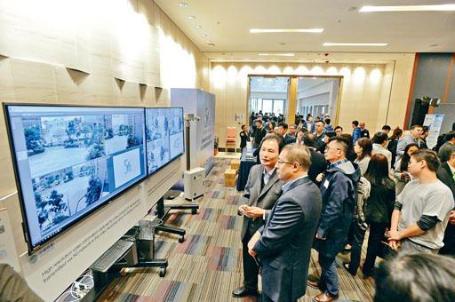 ■中移動香港首席工程師鄭啟良(前排左二)介紹5G技術。
