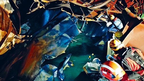 ■消防潛水員在危機四伏的船艙搜索失蹤船員。