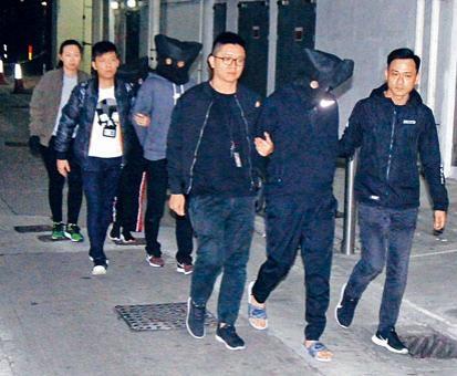 ■警方在觀塘偉業街搗破廠廈單位毒窟,拘捕四名男女帶署。