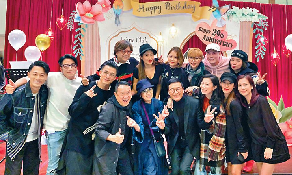 ■日前,三哥替太太戚美珍搞57歲生日P,順道為兩人1月9日結婚29年慶祝埋,一班娛圈老友畀面到賀。