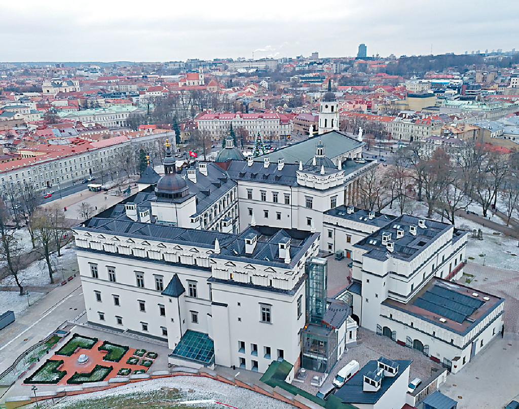■顏福偉冒着寒冷上山影這張Vilnius Cathedral Square相。