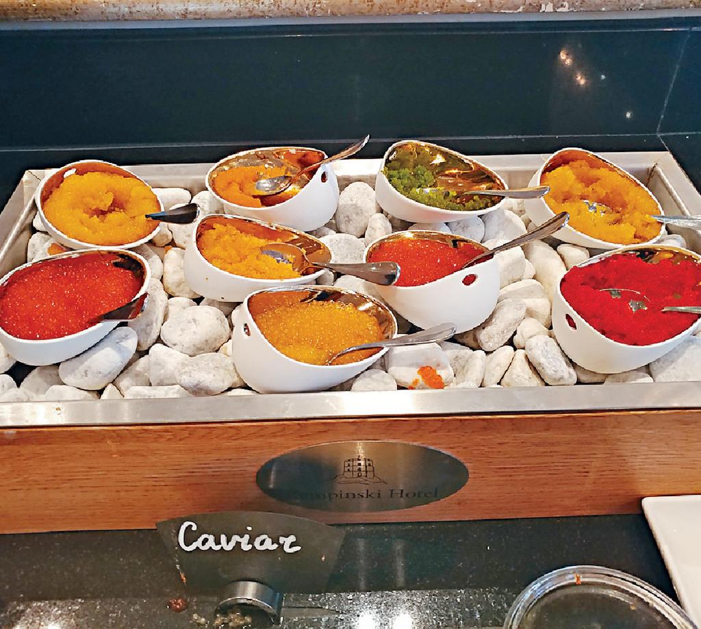 ■當地酒店的Sunday brunch提供9款魚子醬任食,顏福偉用來塗麵包好滿足。