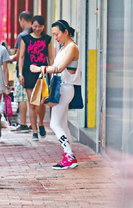■Yolinda成個衣櫃都應該係緊身運動衫,年前又以全身白色運動裝在老銅等友。