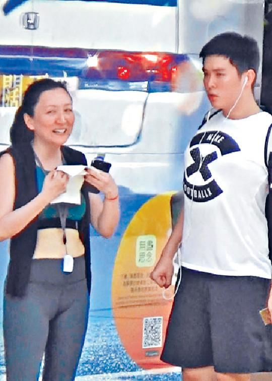 ■去年,甄楚倩着運動型bra top同17歲乖仔現身銅鑼灣。