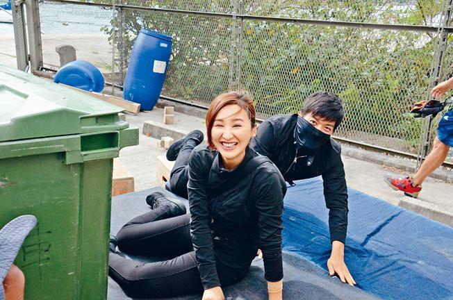 ■高Ling、黎諾懿拍攝一幕飛撲戲,不幸又擦傷手。
