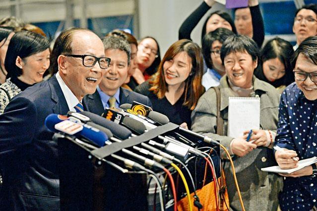 ■長和系昨晚周年晚宴,李嘉誠進場前接受傳媒提問時,表示滿意退休生活。