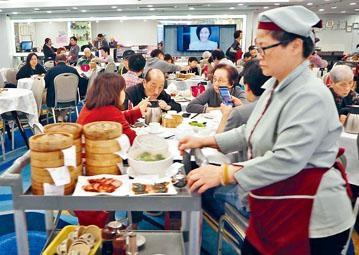 ■飲食業界估計新措施實施後,市場工資水平會增至五十五元,將加重營運成本。