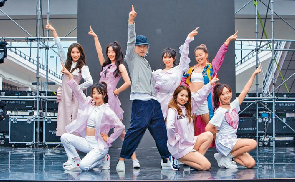 ■星爺為宣傳同一班少女跳舞,非常罕見。