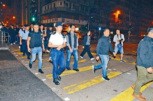 ■警方連日展開打擊黑幫行動,昨晚大批警員到深水埗搜夜店及麻將館等。