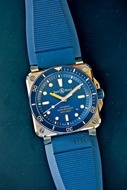 ●沿用2017年推出的方形表身概念,新BR03-92 Diver Blue以海洋藍色為主調,配上藍調子表面、橡膠表帶,並採用鋁製表圈。時間刻度及黃色時針塗以Super-LumiNova夜光物料,確保於深海中仍可發揮清晰讀時功能,防水達三百米及符合ISO 6425標準。