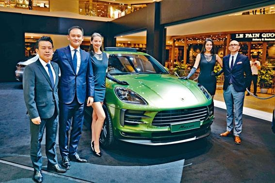 香港保時捷中心總經理George Fung、保時捷中國南區總監Julian Zhu及產品策劃高級經理Tobias Hoffmann一同主持新車揭幕禮。