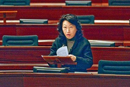 律政司司長鄭若驊昨在立法會接受質詢,強調將案件「外判」尋求法律意見,並非律政司慣常做法。