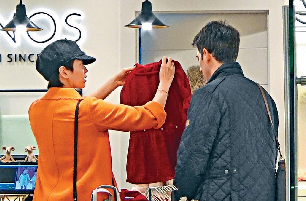 ■兩夫婦揀中條紅色連身裙仔畀囡囡。