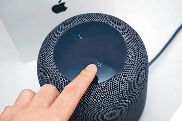 除了聲控,亦可利用喇叭頂部的輕觸按鍵,調校音量及停播飛歌。