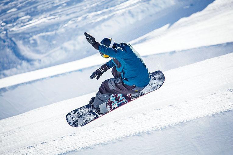●遇上大雪的話,Jasmine建議:「落完大雪的時候,正好去滑雪,因為積在面層的新雪較軟,跌倒也不會太痛。若是好幾日沒有落雪,雪道已經被人滑過很多遍,雪已被壓實變硬,跌倒時會較痛,建議穿上保護褲以減少受傷。」