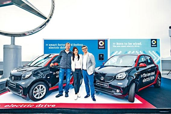 ●Mercedes-Benz HK主席及行政總裁Frederik Gollob(右一)、銷售總監Jochen Maylaender(左一)及司儀麥美恩(中),一同出席新車發布會。